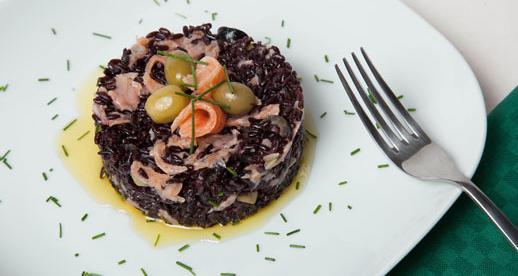 Insalata di riso nero con carpaccio di salmone
