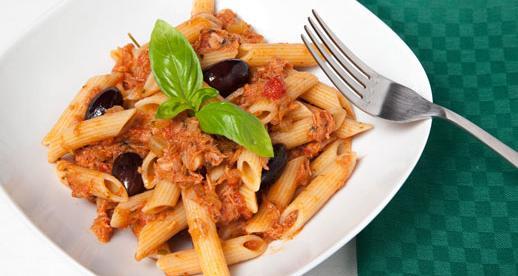 Penne con tonno, pomodoro e olive