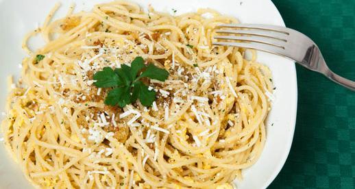 Spaghetti con le acciughe, briciole di pane e uova